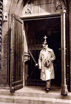 Hitler wychodzący z kościoła