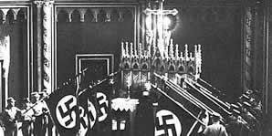 Nazistowskie sztandary przy kościelnym ołtarzu
