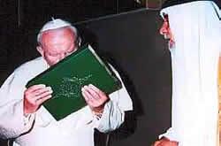 Jan Paweł II całuje Koran